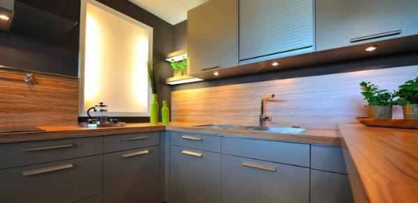 Installer des étagères et des tiroirs coulissants dans un meuble de cuisine